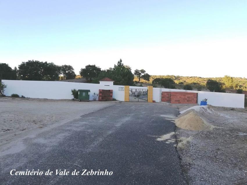 Construção sanitários junto ao cemitério de Vale de Zebrinho Créditos: ALTERNATIVAcom
